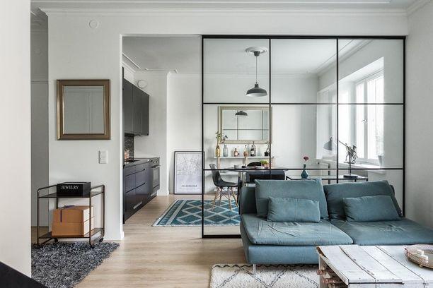 Isoruutuinen lasiseinä mustilla metallikehyksillä on turvallinen valinta. Seinä on kaunis ja elegantti, mutta ei herätä liikaa huomiota.