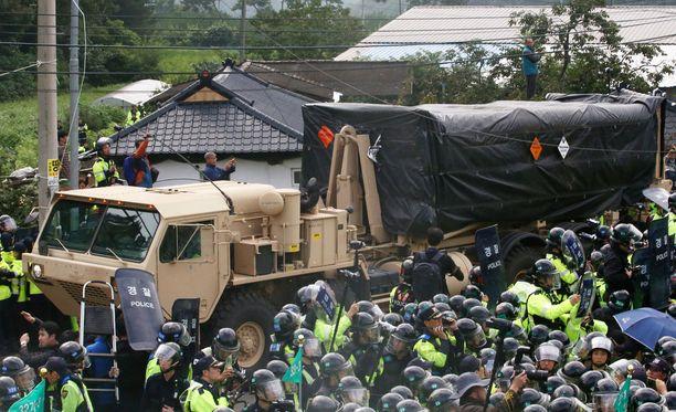 THAAD-ohjuspuolustusjärjestelmä kuljetettiin sijoituspaikalleen huhtikuussa. Paikalliset mielenosoittajat yrittivät estää kuljetusrekkoja pääsemästä määränpäähänsä.