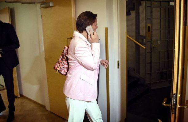 ...istuntosalista poistuessaan Berner yritti kiertää aulassa odottaneet toimittajat käyttämällä viereistä vessakäytävää...