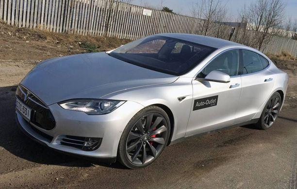 Tesla Model S Iltalehden koeajossa. Teslan etu muihin sähköautoihin nähden on pitkä toimintasäde. Suomessa on toistakymmentä Teslaa taksikäytössä.