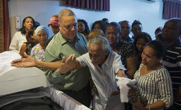 Omaiset surevat murhattuja toimittajia Luis Manuel Medinaa ja Leo Martinezia.