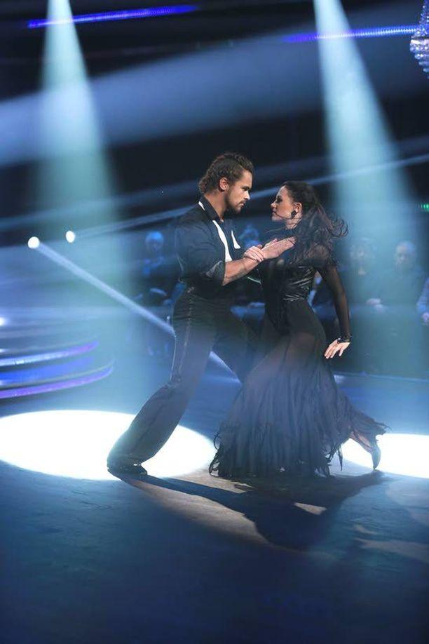 Peten ja Katrin viimeiseksi vakiotanssiksi jäi tango. – Vedimme kolme viikkoa sitten quickstepin, lisäksi dancefusiossa oli myös quickstepiä. Katsojille olisi ollut tylsää, jos sama tanssi olisi vedetty vielä finaalissa. Siksi valitsimme tangon.