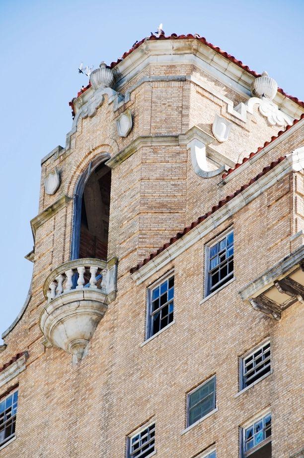 Baker Hotelin tornimainen kattorakennelma näkyy kauas.