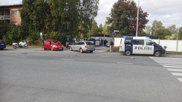 Takaa-ajo päättyi pakenevan auton törmättyä punaiseen henkilöautoon.