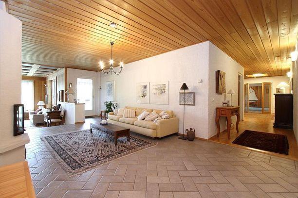 Täystiilitalo on arkkitehti Erkki Kantojen suunnittelema ja se on valmistunut vuonna 1971.