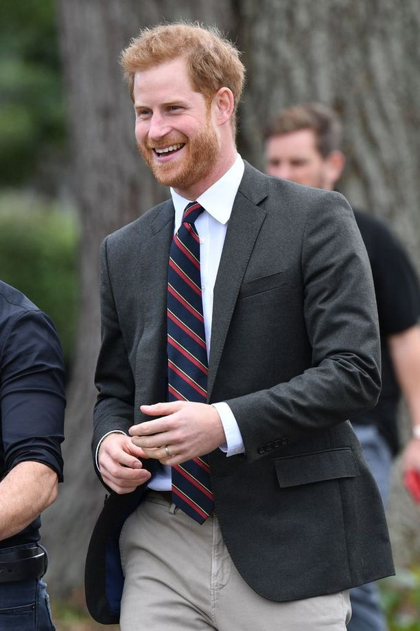Prinssi Harry tapasi merijalkaväen porukkaa nauravaisena.