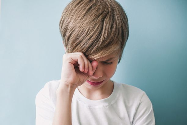 Kun lapsen silmään sattuu, aikuiselta vaaditaan oikeita otteita ja rauhallisuutta, jotta silmä saadaan huuhdeltua.