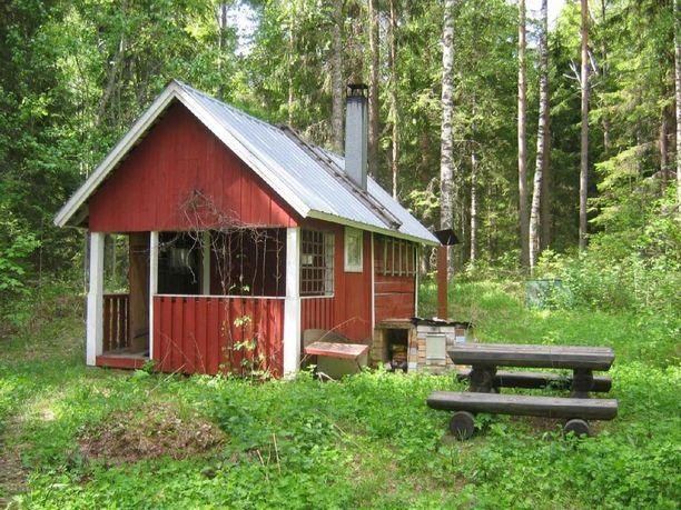 Mökki sijaitsee rauhaisassa ympäristössä hankasalmelaisen metsän siimeksessä.