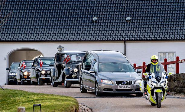 Autosaattue matkalla kohti kuninkaallisen perheen yksityisasuntoa Amalienborgia.