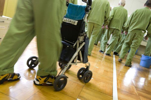 Eläkeläiset matkalla lounaalle Onomichin vankilassa Japanissa.