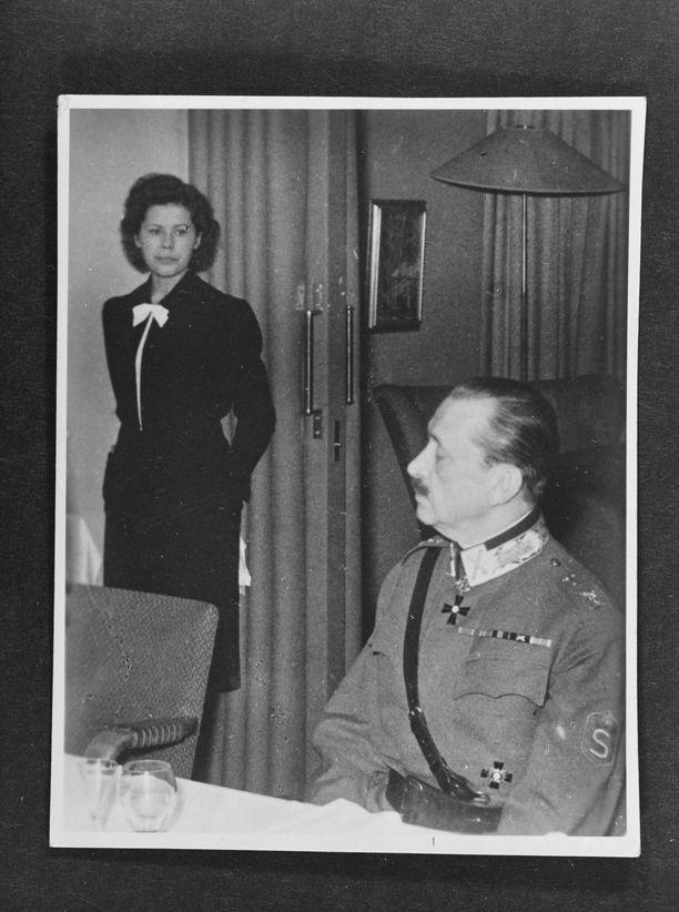 Marsalkka Mannerheim Hotelli Kalevan lounaspöydässä, taustalla tarjoilija Taru Stenvall.