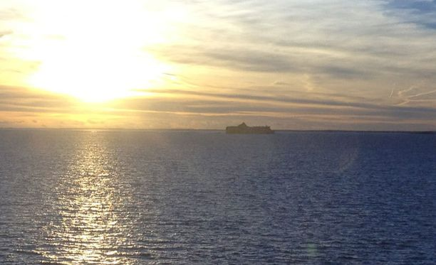 Auringonlasku merellä, kuvattu M/S Mariellalta.