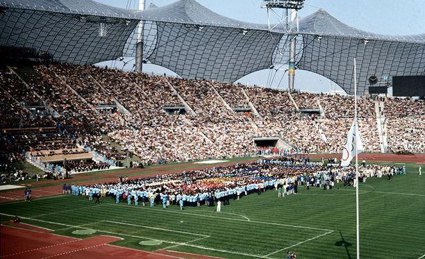Münchenissä paljastetaan tänään muistomerkki vuoden 1972 kesäkisojen verilöylyssä kuolleiden 11 israelilaisen urheilujoukkueen jäsenen ja yhden poliisin muistoksi. Kuva muistotilaisuudesta, joka järjestettiin Münchenin olympiastadionilla 6. syyskuuta vuonna 1972.