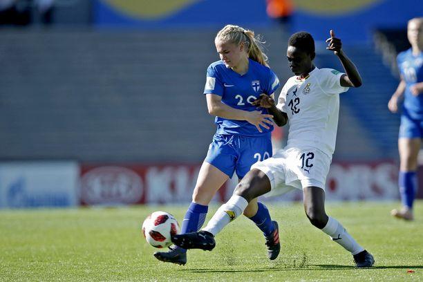 Ghanan Nina Norshie ja Suomen Dana Leskinen kamppailivat pallosta.