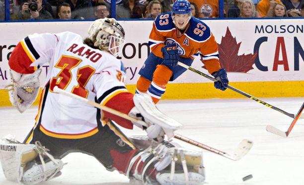 Karri Rämö torjui viime yönä kauden ensimmäisen voittonsa NHL:ssä.