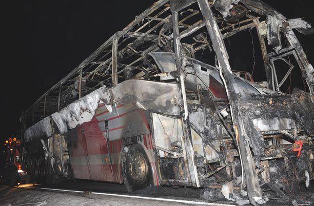 Näin tuhoisaa jälkeä teki Karkkilassa syksyllä 2008 sattunut bussipalo. Viisi bussin matkustajaa sai vammoja.
