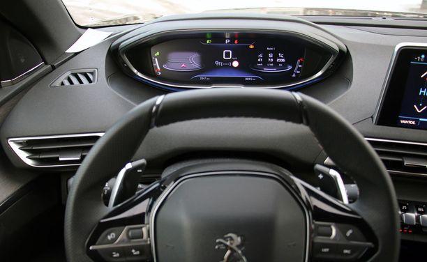 Kuljettajan silmissä mittaristo ratin yli katsottuna näyttää tältä