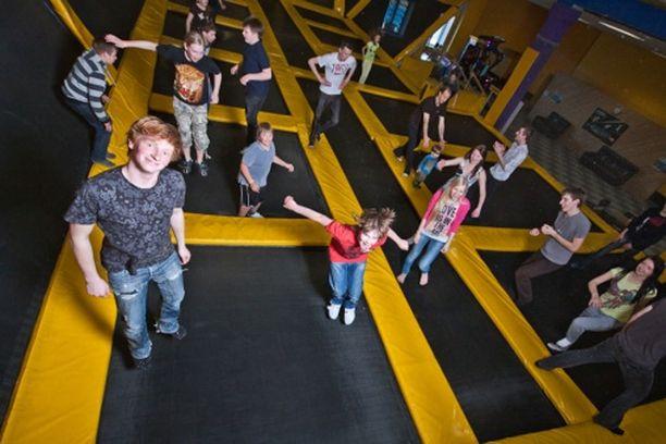 Skyparkin suurin vetonaula on kuitenkin trampoliinialue, joka houkuttelee paitsi lapsia myös aikuisia.