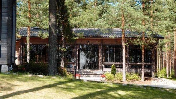 Suur-Saimaan rannalla Taipalsaarella on myynnissä kahden mökin ja kahden edustussaunan kokonaisuus. 574 neliön kiinteistöön kuuluu myös juhlapaviljonki, jossa on juhlasali, teollinen keittiö sekä wc-tilat. Tontilla on myös kaksi savusaunaa. Tontti on noin kolmen hehtaarin määräala. Hintapyyntö 2 500 000 €