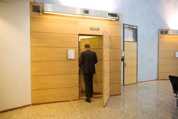 Juttua käsiteltiin suljetuin ovin. Kuva on Länsi-Uudenmaan käräjäoikeudesta. Kuvan mies ei liity tapaukseen.