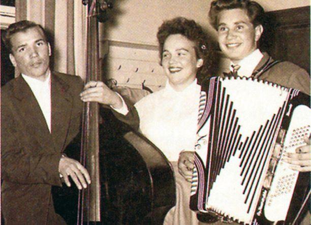 – Olen tässä 16–17-vuotias ja soitan bassoa Reposaaren VPK:n talolla. Hanuristi on bändin johtaja Teuvo Naarmala, neitonen oli ihailijoitamme.