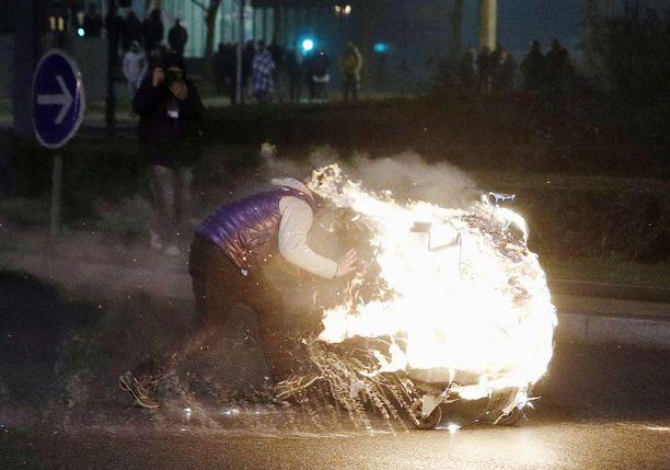 Raiskausepäilystä suivaantuneet mielenosoittajat sytyttivät autoja palamaan. Poliisin mukaan yhdessä palavista autoista oli sisällä nuori lapsi, jonka poliisi pelasti.
