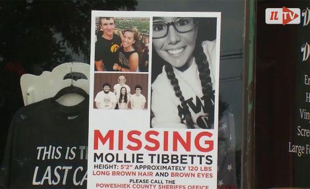 Iowssa Mollie Tibettsin kotikaupunkiin on levitetty julisteita, joiden toivotaan auttavan 20-vuotiaan opiskelijan löytymisessä.