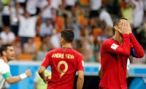 Cristiano Ronaldo suree hukattua rangaistuspotkua.