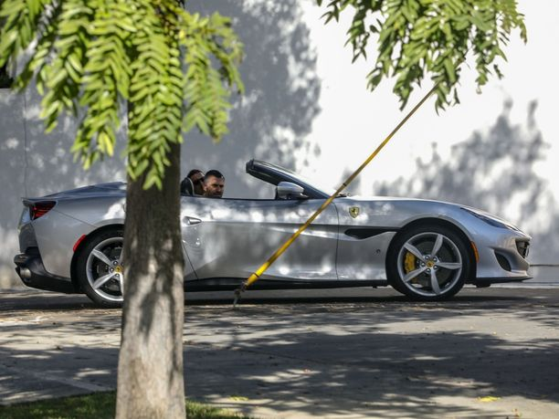 Zlatan Ibrahimovic kuvattiin tiistaina Beverly Hillsissä Ferrari Portofinon ratissa.