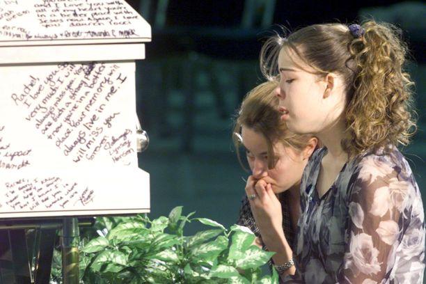Jimmie Cornell ja Brittney Pastine surivat Columbinessa murhatun ystävänsä Rachel Scottin hautajaisissa vuonna 1999.