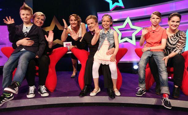 Avausjaksossa mukana ovat Claudia Eve ja Hugo, Mauri Pekkarinen ja Elvi sekä Ilona Rauhala ja Luka. Ohjelman juontaa Sanna Stellan.