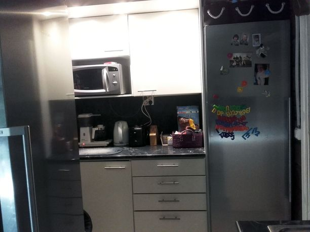 Keittiössä jatkuu sama värimaailma kuin muussakin kodissa: harmaata, mustaa ja valkoista.