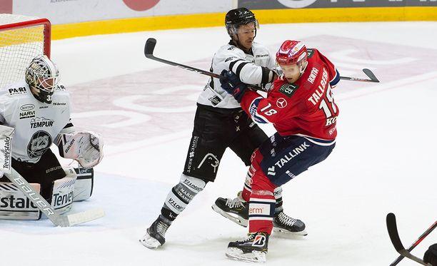 TPS:n Joe Piskula ja HIFK:n Teemu Tallberg vääntävät maalin edessä.