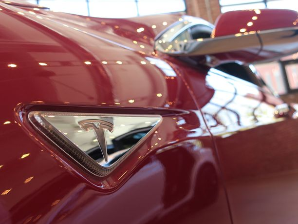 Kolme vuotta vanhasta Tesla Model S:stä olisi hyvitetty vain reilut 50 000 euroa, kun uutena auto maksoi yli 130 000 euroa. Kuvituskuva.
