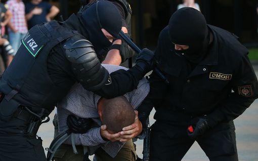 Valko-Venäjän protestit jatkuvat toista päivää – yhden mielenosoittajan kerrotaan kuolleen