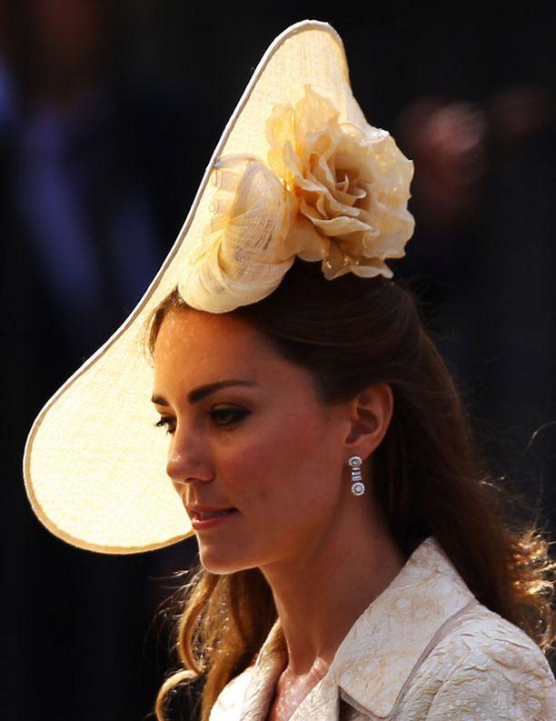Herttuatar Catherine edusti näyttävässä, herkän romanttisessa lierihatussa.
