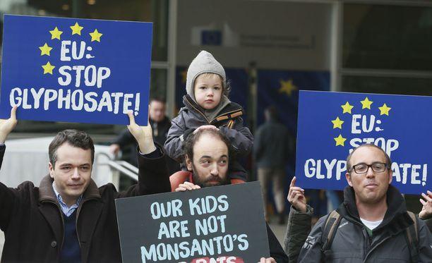 Ympäristöaktivistit kokoontuivat torstaina EU-komission rakennuksen eteen Brysselissä vaatimaan, että glyfosaatin käyttöä ei hyväksyttäisi.