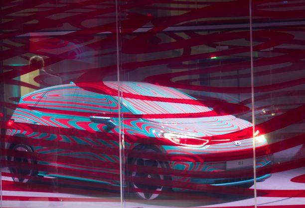 Berliinissä auto näytettiin raidallisen lasin takaa, naamioituna vieläkin, mutta tästä pystyy jo poimimaan joitakin auton muotoillupiirteitä