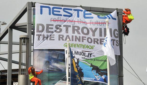 Greenpeace järjesti mielenosoituksen rallin palkintojenjaon aikana.