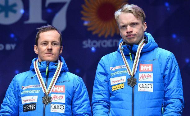 Sami Jauhojärvi (vas.) pani merkille Iivo Niskasen erikoisen käyttäytymisen.