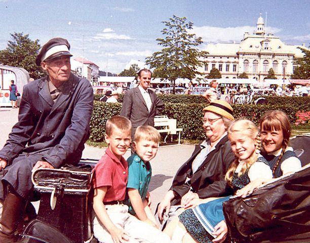 – Kymmenvuotiaana oli jännittävää päästä vossikka-ajelulle Kuopion torille mummon, serkkujen ja veljen kanssa. Äiti on kotoisin Kuopiosta ja isä Karjalasta. Matkustimme isovanhempien luokse usein kiitojunalla, ja junassa lauloin aina ääneen kaikille matkustajille.