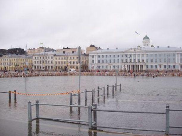 Merenpinnan nousu yli 2 metriin Kauppatorilla olisi jo erittäin vahingollinen. Silloin vesi tulvisi Rautatieaseman metrotunneleihinkin.