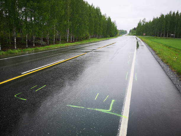 Onnettomuuspaikalla oli sunnuntaina maahan piirrettyjä viivoja.