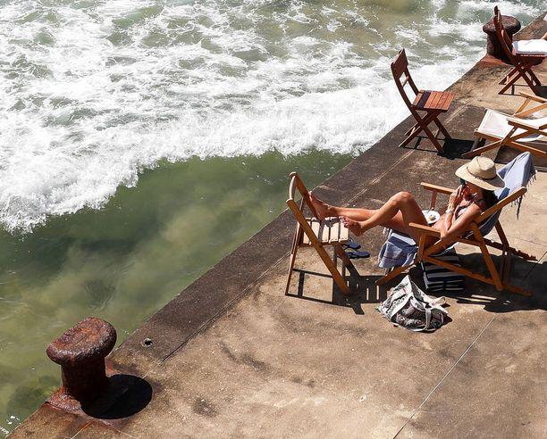 Nainen otti aurinkoa Espanjan San Sebastianissa.