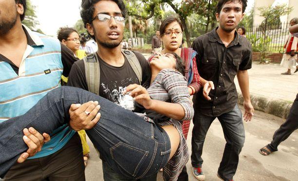 Opiskelijoiden kimppuun hyökättiin lauantaina Bangladeshissa, kertoo uutistoimisto AFP.