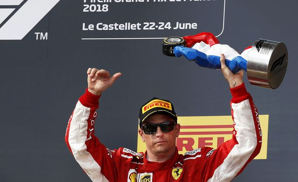 Kimi Räikkönen sai Ranskan GP:n kolmossijasta Pirellin lippiksen, josta suomalainen ei mitä ilmeisimmin juuri välitä.