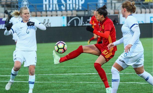 Jennifer Hermoso (kesk.) iski Espanjan nopeasti takaisin johtoon Suomen hienon tasoituksen jälkeen.
