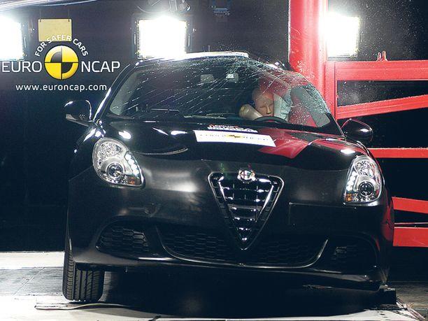 PYLVÄSTESTI Alfa Romeo Giuliettan kuljettaja selviäisi todennäköisesti hengissä tästä hurjannäköisesti pylvästestistä.