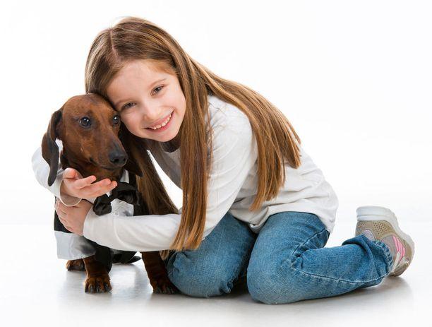 Koiran eleitä tulkitessa kannattaa kiinnittää huomiota eleiden kokonaisuuteen. Kokeile myös irrottaa otteesi. Jos koira pyrkii luokse, on se luottavaisin mielin ja halukas seurustelemaan kanssasi.