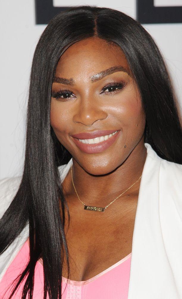 Serena Williams hurmasi myös hymyllään.